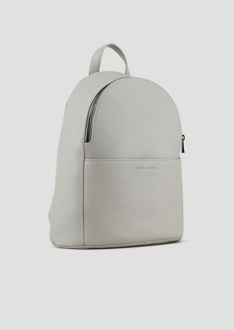 Backpack in grainy leather with pressed logo on the front