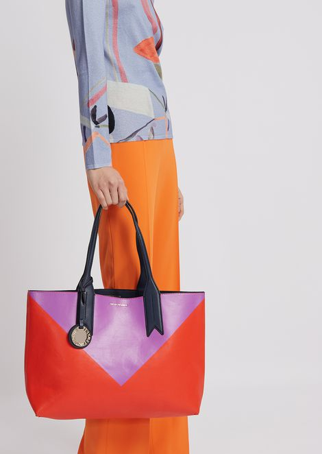 Reversible shopping bag with triangle print, logoed charm and internal clutch