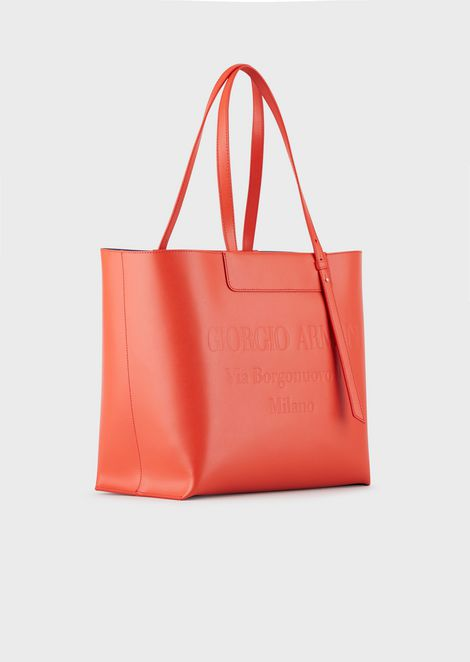 Shopping bag in leather with tone-on-tone embossed logo
