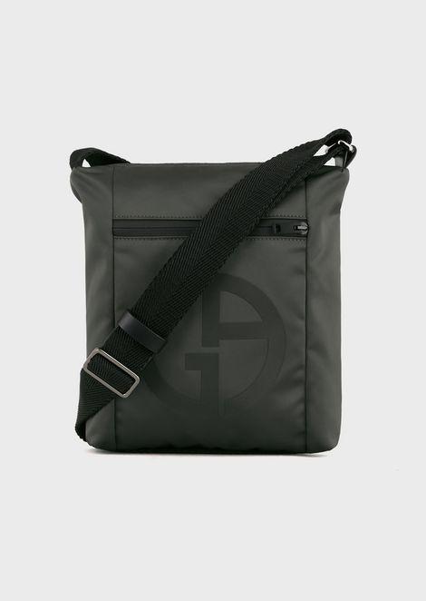 Umhängetasche mit plastischem Logo und Außentasche