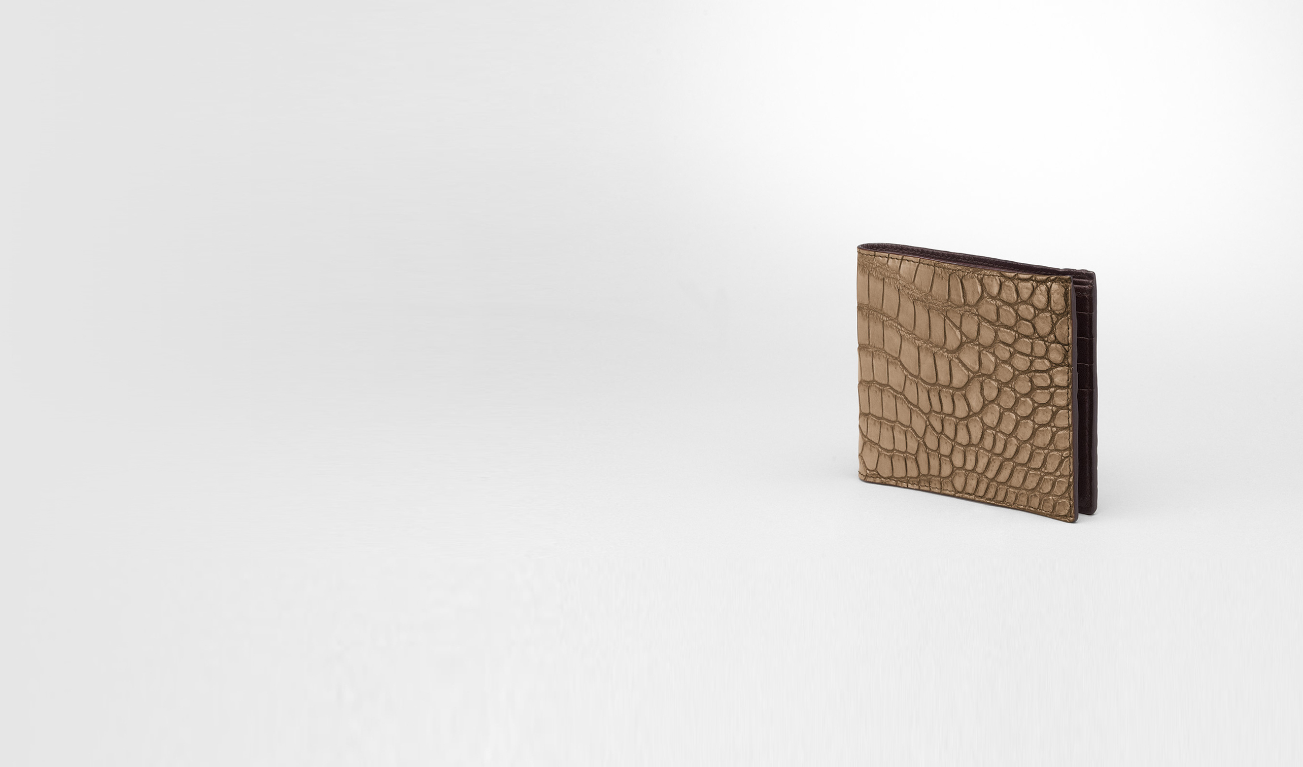 BOTTEGA VENETA Bi-fold Wallet U BI-FOLD WALLET IN CIGAR EBANO CROCODILE pl