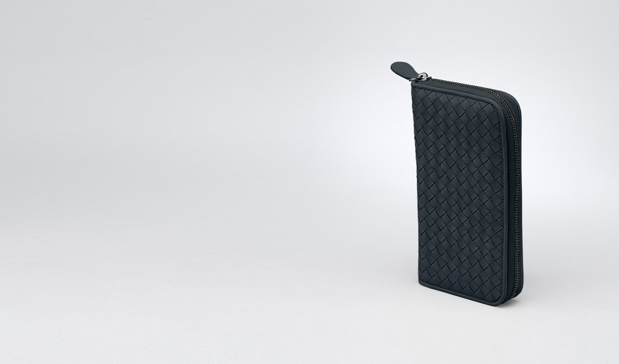 BOTTEGA VENETA Zip Around Wallet D ZIP AROUND WALLET IN PRUSSE INTRECCIATO LAMBSKIN pl