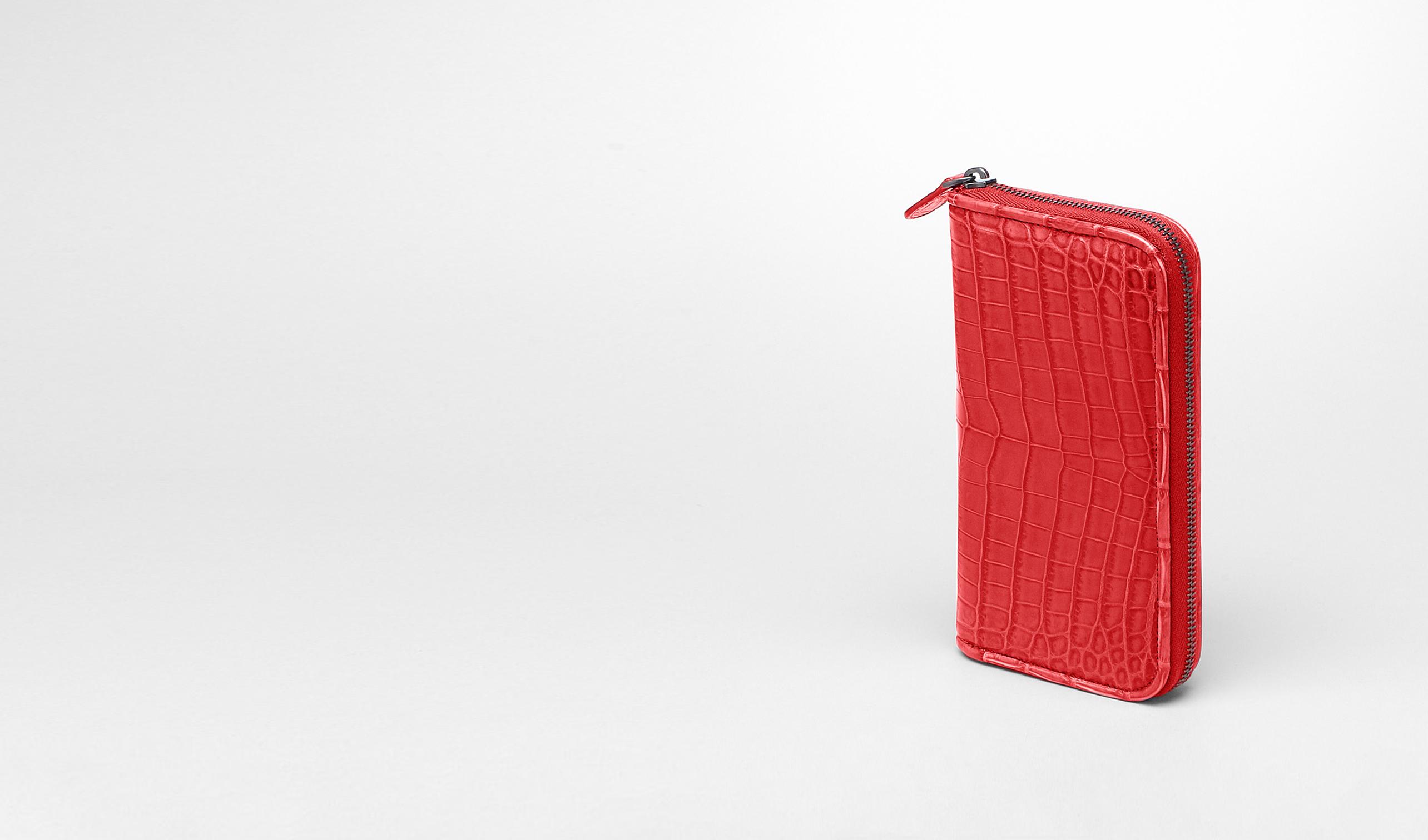 BOTTEGA VENETA Portemonnaie mit Zip D Portemonnaie mit Zip aus weichen Krokodilleder Fume New Red pl