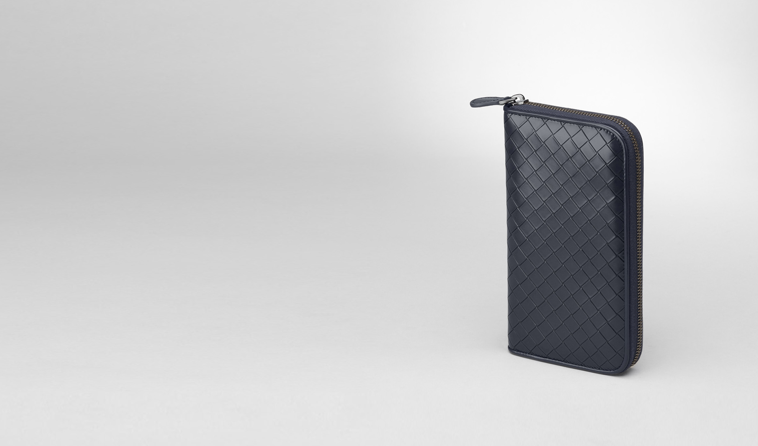 BOTTEGA VENETA Zip Around Wallet U Prusse Nero Intreccio Scolpito Spazzolato Zip Around Wallet pl