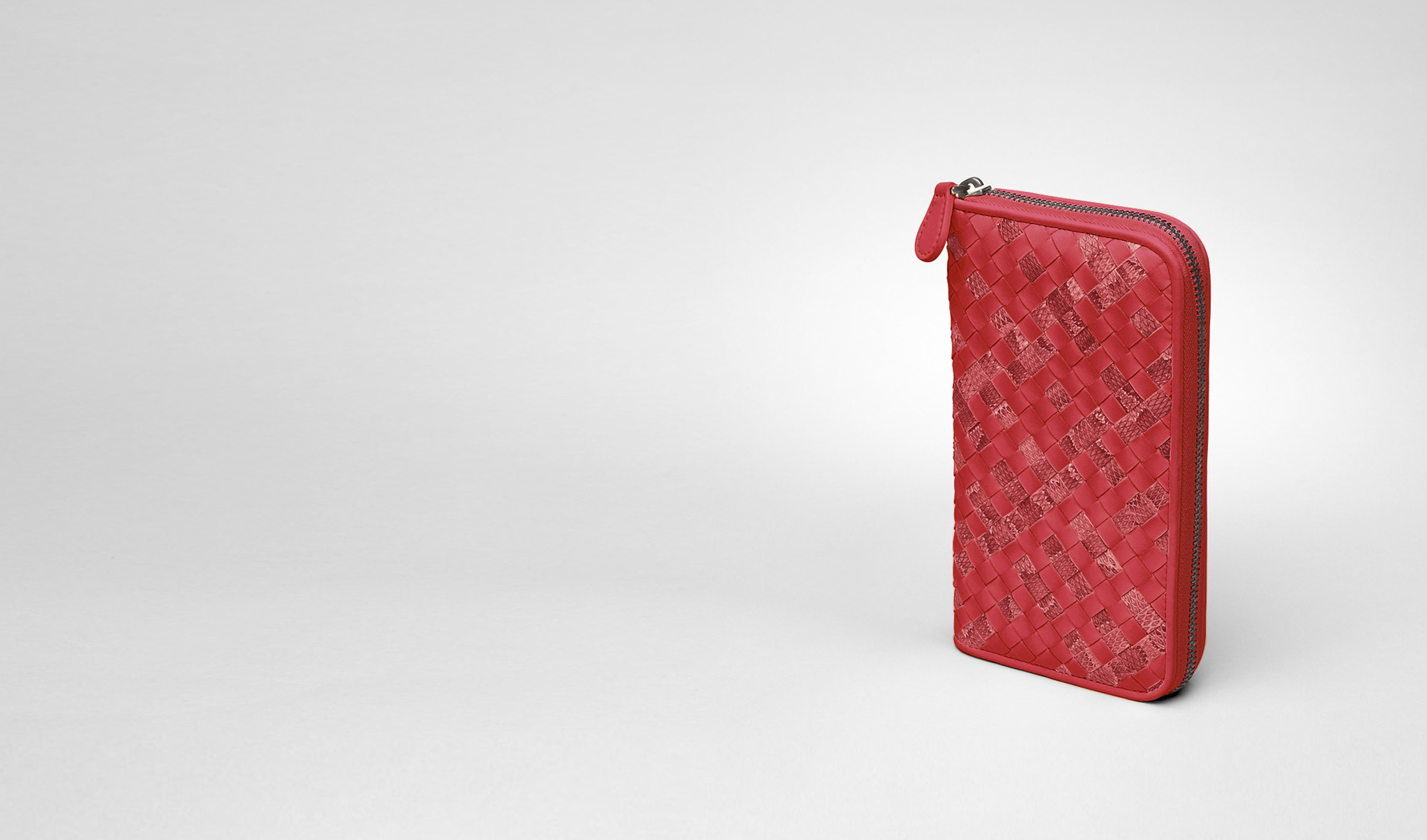 BOTTEGA VENETA Zip Around Wallet D Fraise Intrecciato Ayers Nappa Zip Around Wallet pl