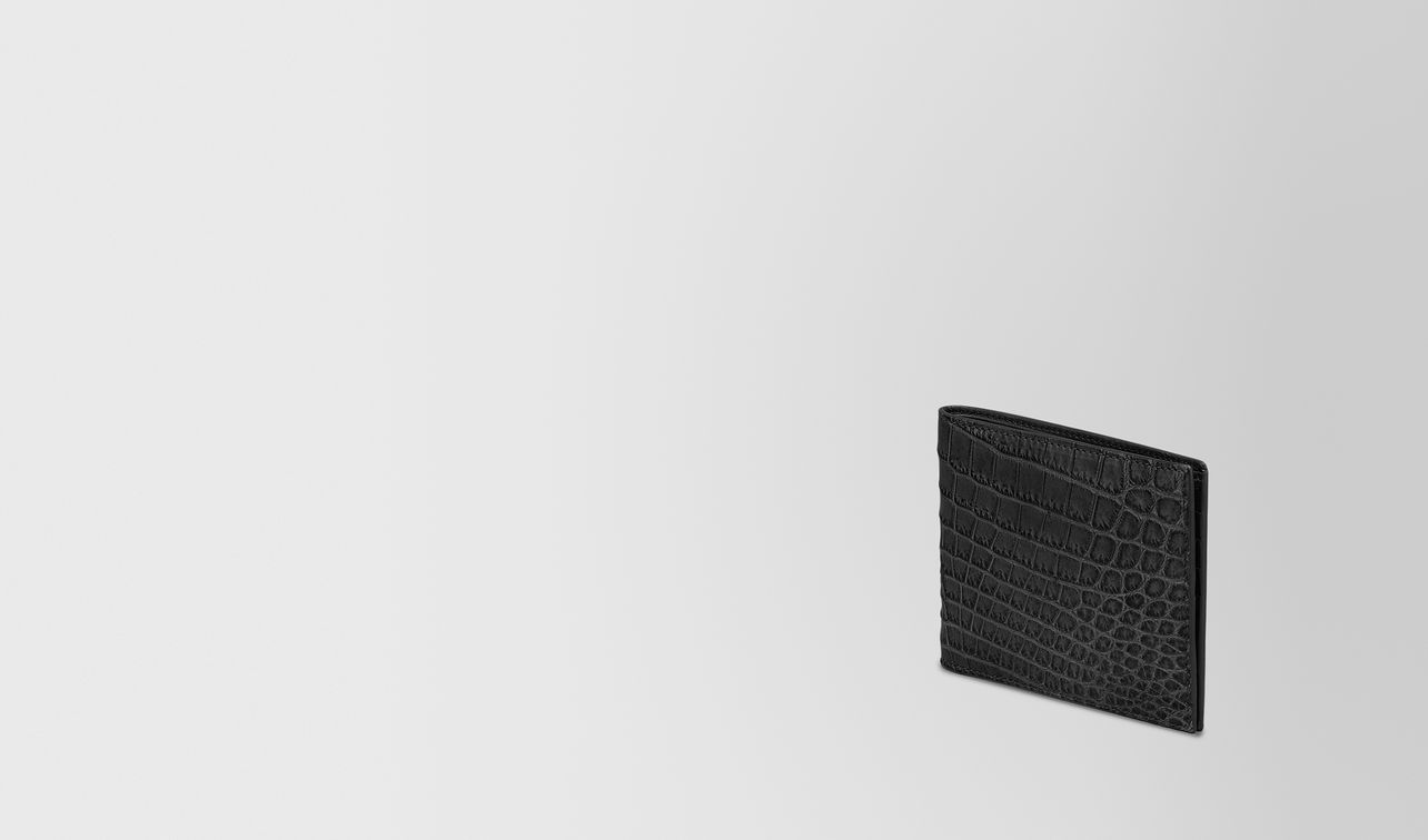 bi-fold wallet in nero crocodile landing