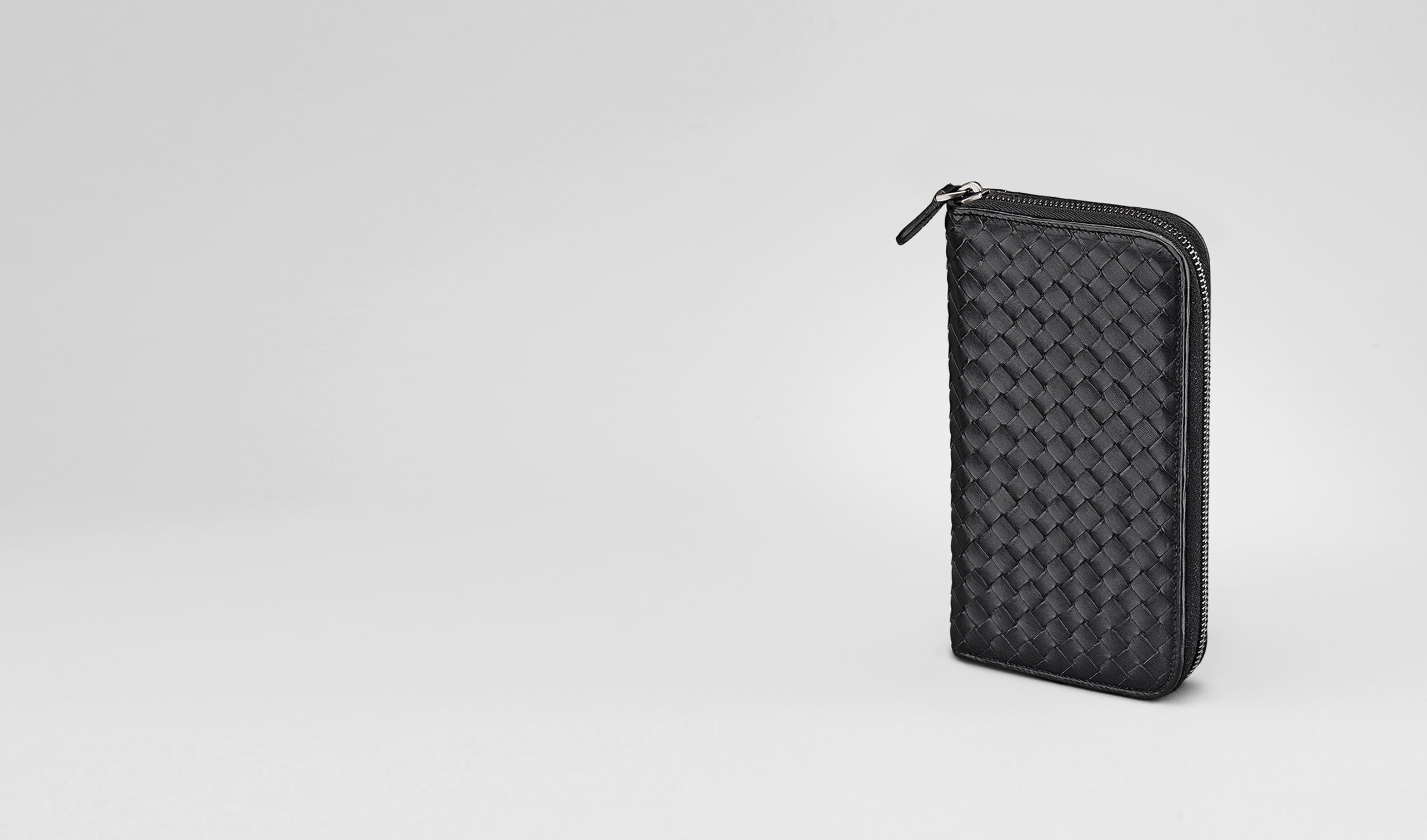 BOTTEGA VENETA Zip Around Wallet U ZIP AROUND WALLET IN NERO CALF INTRECCIATO pl