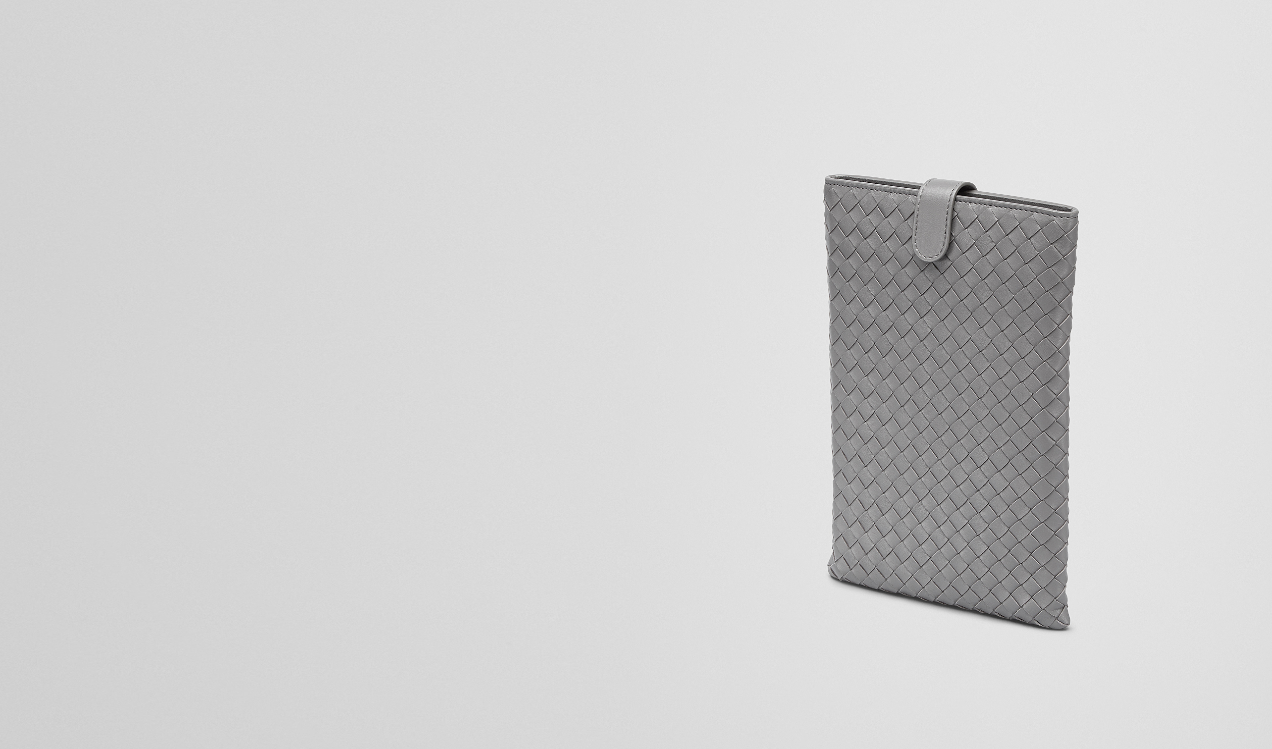 BOTTEGA VENETA Weiteres Leder Accessoire E IPAD MINI HÜLLE AUS NAPPALEDER INTRECCIATO NEW LIGHT GREY pl