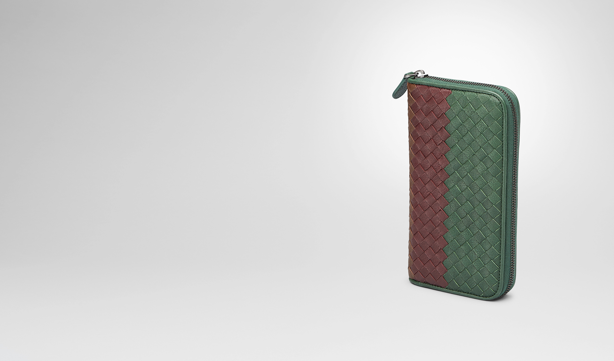 BOTTEGA VENETA Zip Around Wallet U Emerald Green Aubergine Edoardo Intrecciato Club Fumé Zip Around Wallet - Online Boutique Exclusive pl