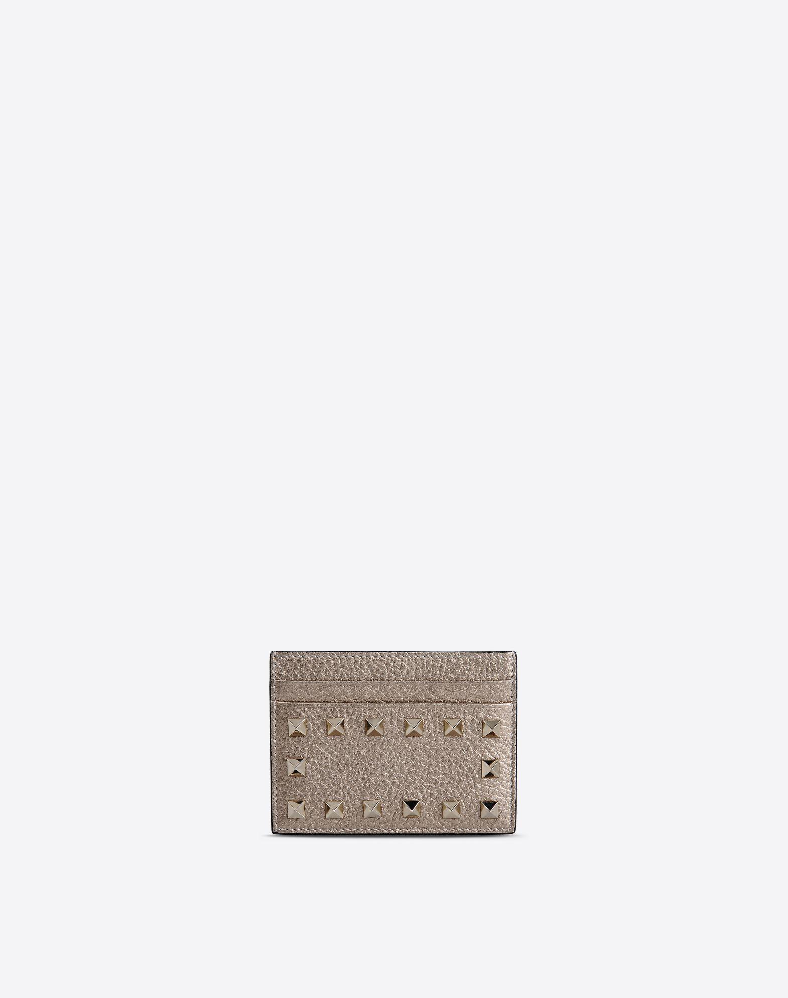 "VALENTINO Valentino Garavani Rockstud credit card holder in metallic Stampa Alce calfskin.  - Platinum-finish studs  - Four card slots and one slit pocket  - Dimensions: W10xH8 cm/W4xH3""  - Made in Italy. 46426601sr"