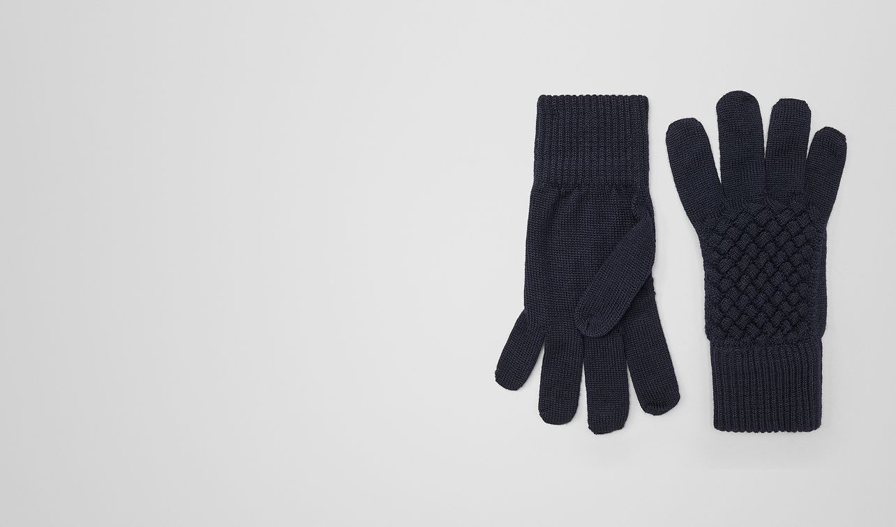 gloves in asphalt blue wool  landing
