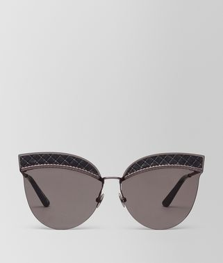 SUNGLASSES IN BLACK NYLON LEATHER, SOLID GREY LENSES AND INTRECCIATO DETAILS ON THE FRAME