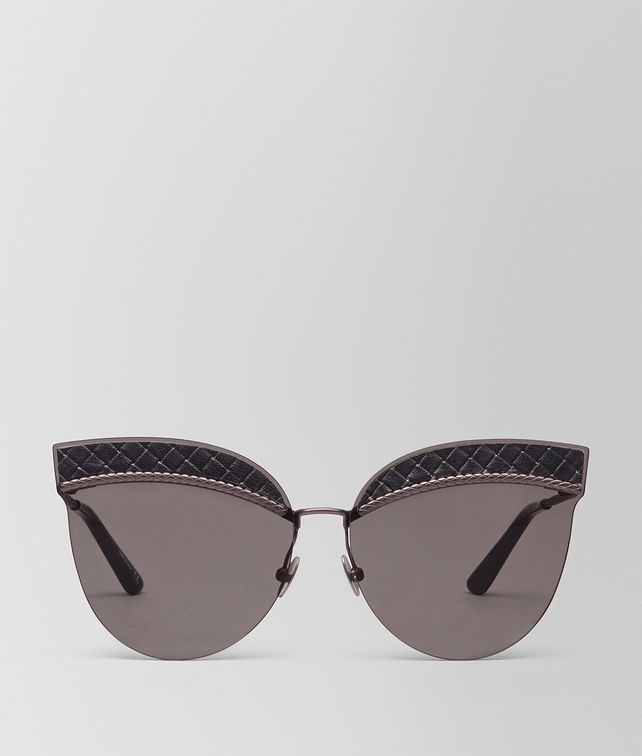 BOTTEGA VENETA SUNGLASSES IN BLACK NYLON LEATHER, SOLID GREY LENSES AND INTRECCIATO DETAILS ON THE FRAME Sunglasses D fp