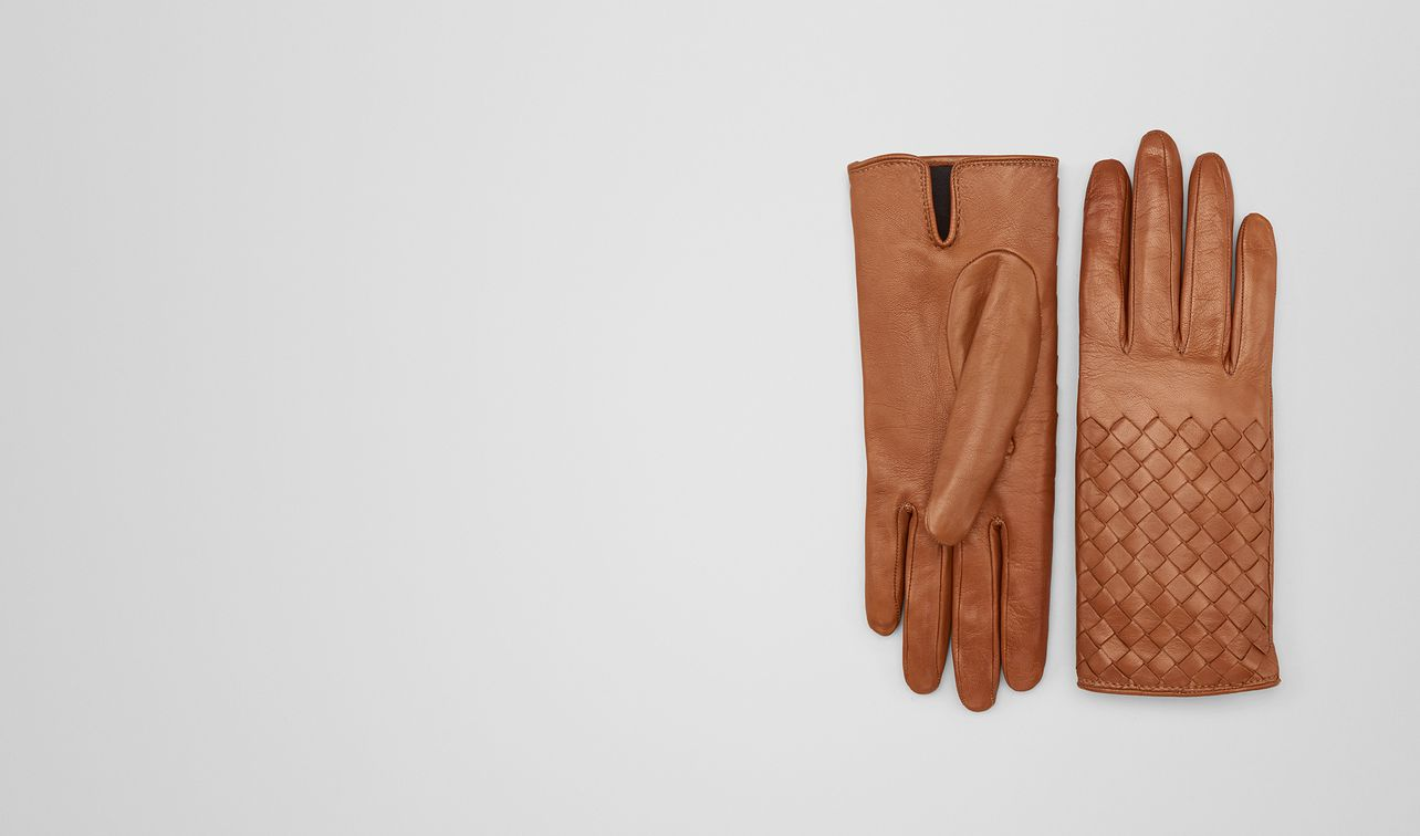 gants en cuir nappa dark leather , détails intreccio landing