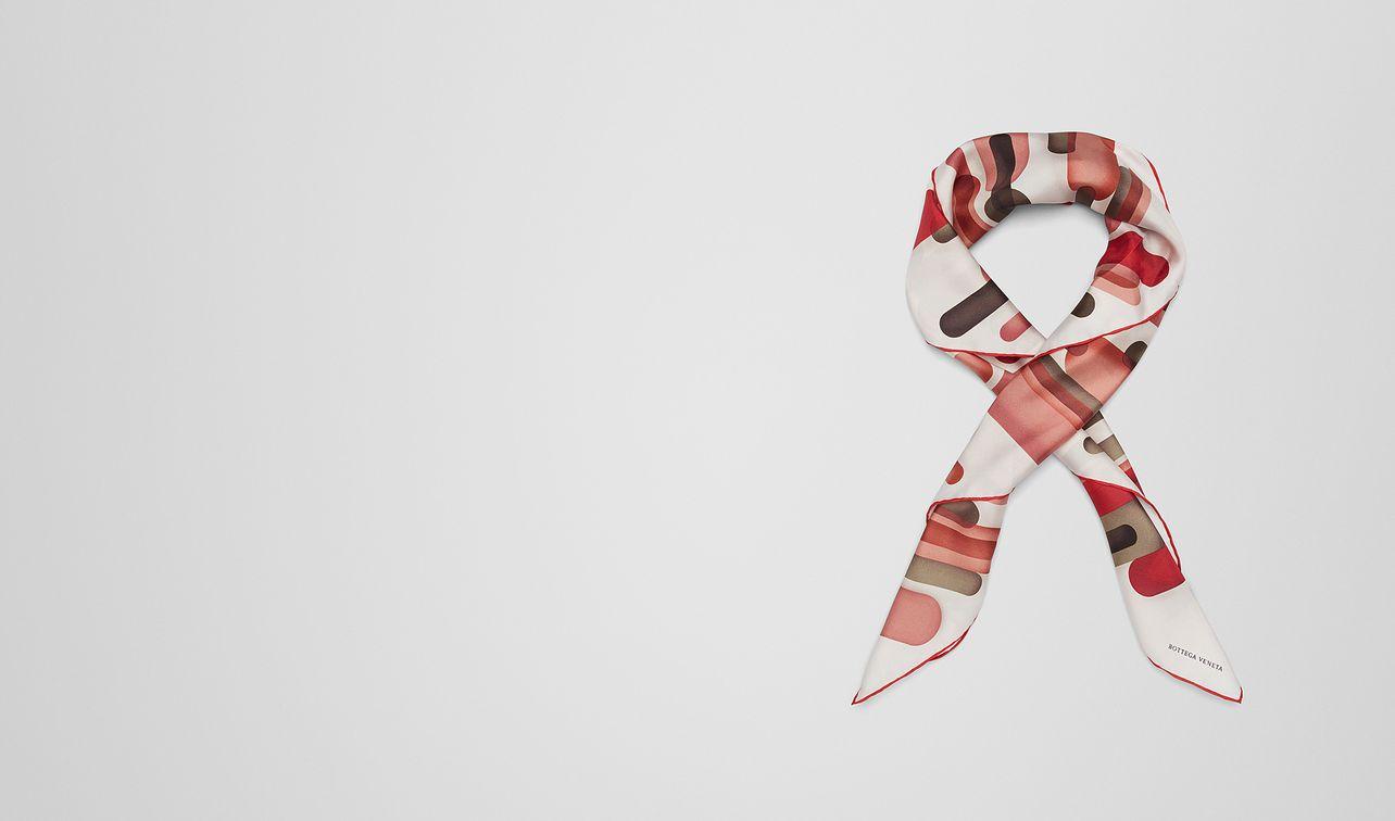 foulard en soie rouge landing