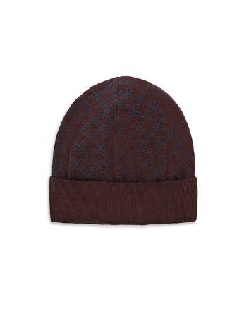 Бордовая шапка с узором из логотипов
