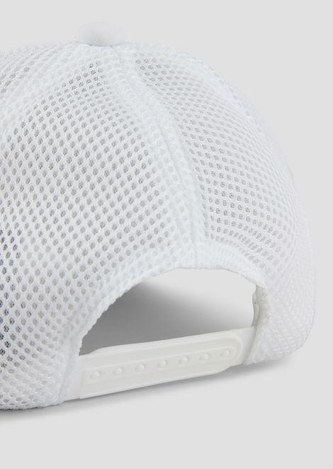 Gorra de béisbol con logotipo en relieve y parte trasera de malla