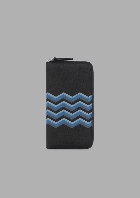Zippered wallet in grained leather with colored chevron print