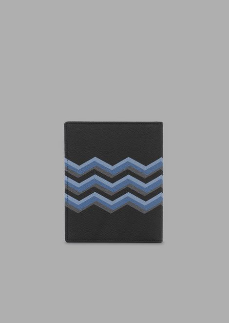 Passport holder in grained leather with colored chevron print
