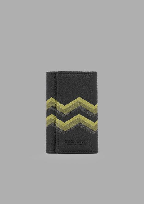 Card holder with wristlet in grained leather and coloured chevron print