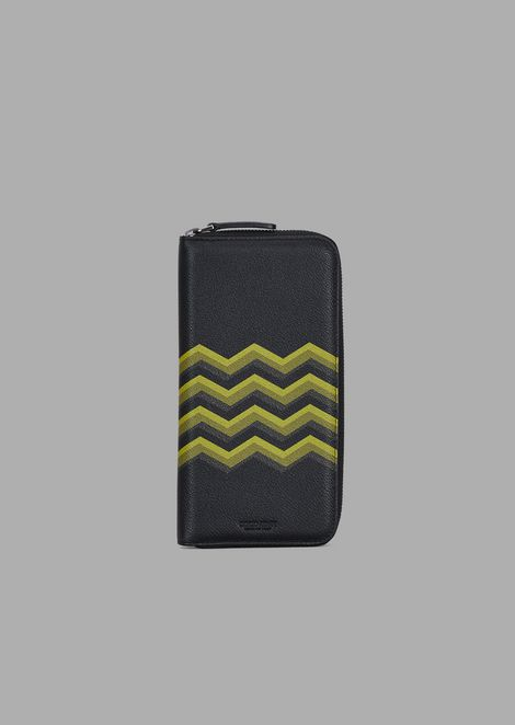 Zippered wallet in leather with colored chevron print
