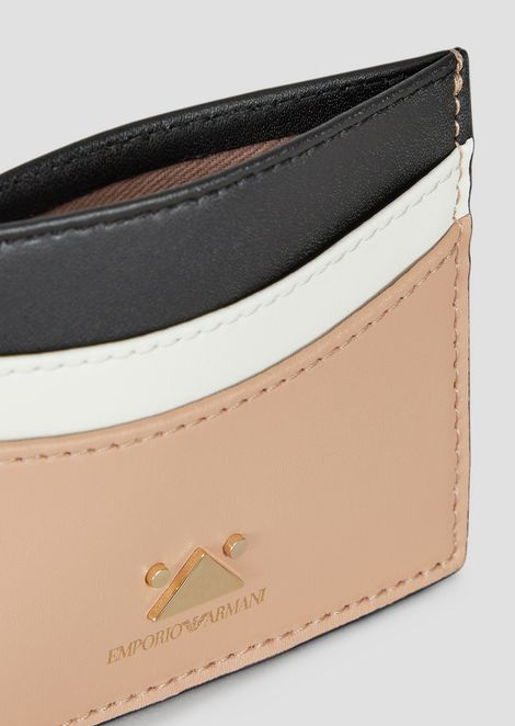 Card holder in three-color leather with triangular detail in metal