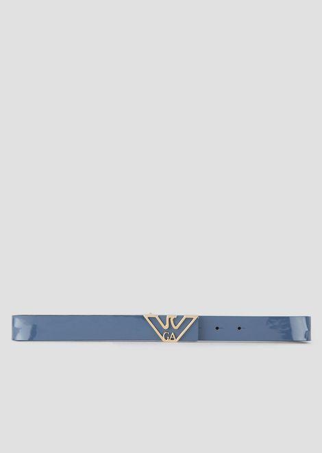 Cinturón de charol con logotipo dorado