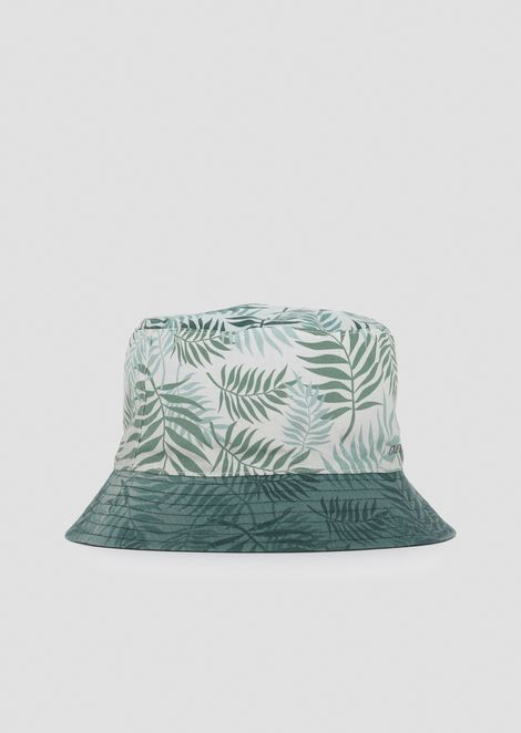 Reversible bucket hat with pattern and solid color