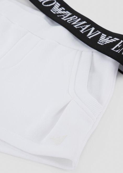 Conjunto de punto compuesto por camiseta y pantalones cortos con banda elástica con logotipo