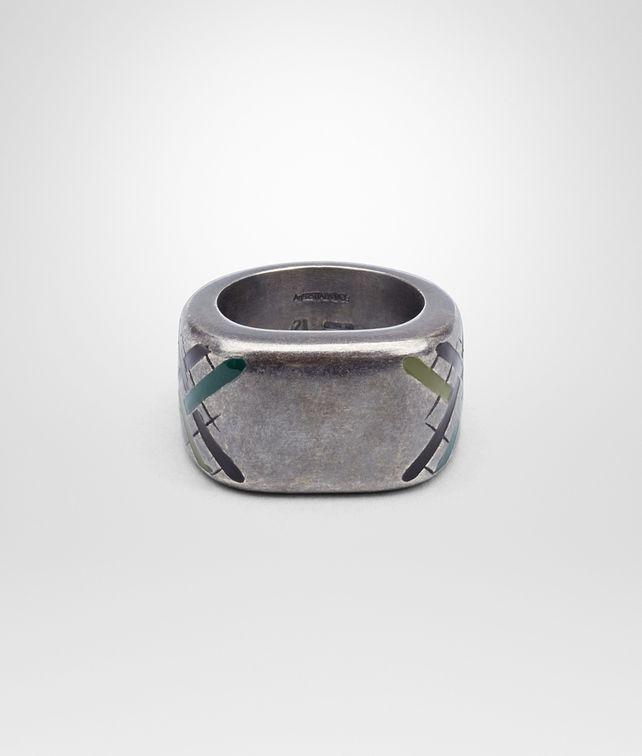 银质戒指,配以多彩色珐琅格纹图案和编织细节