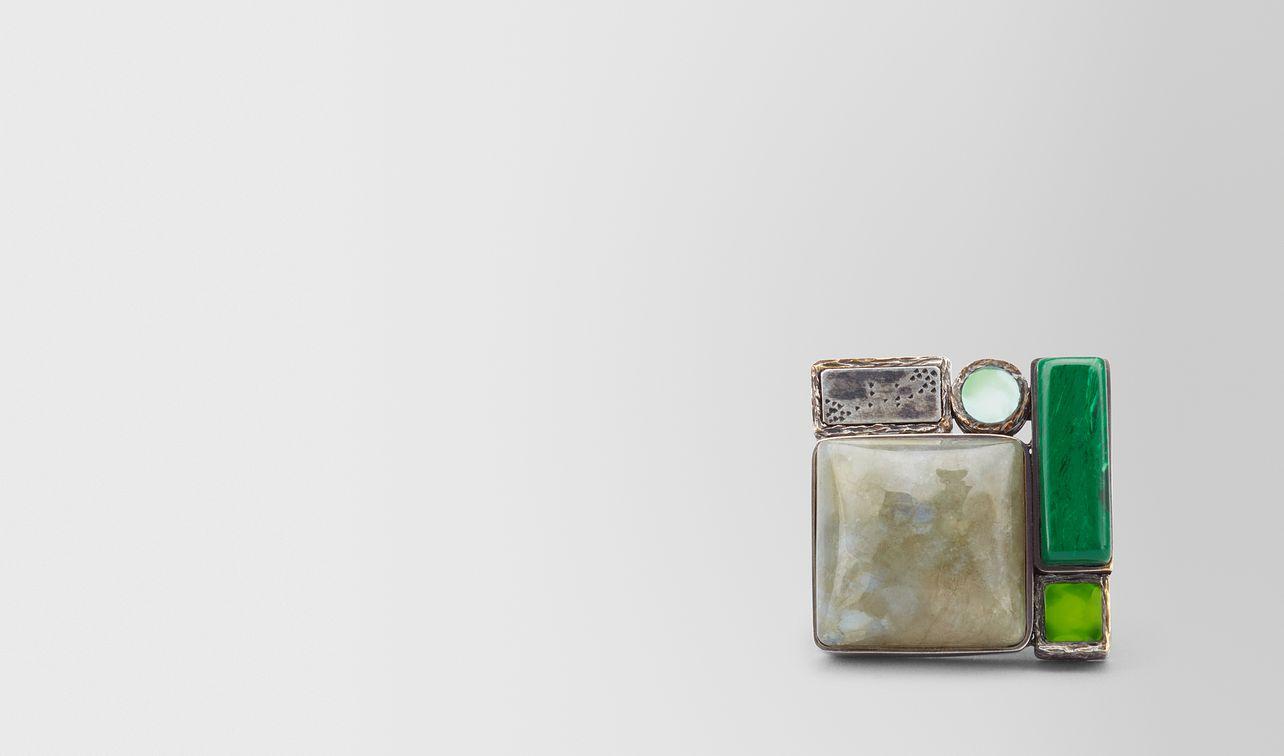 bague en argent émaillé et pierres précieuses aux nuances vertes rehaussée de touches d'or jaune landing