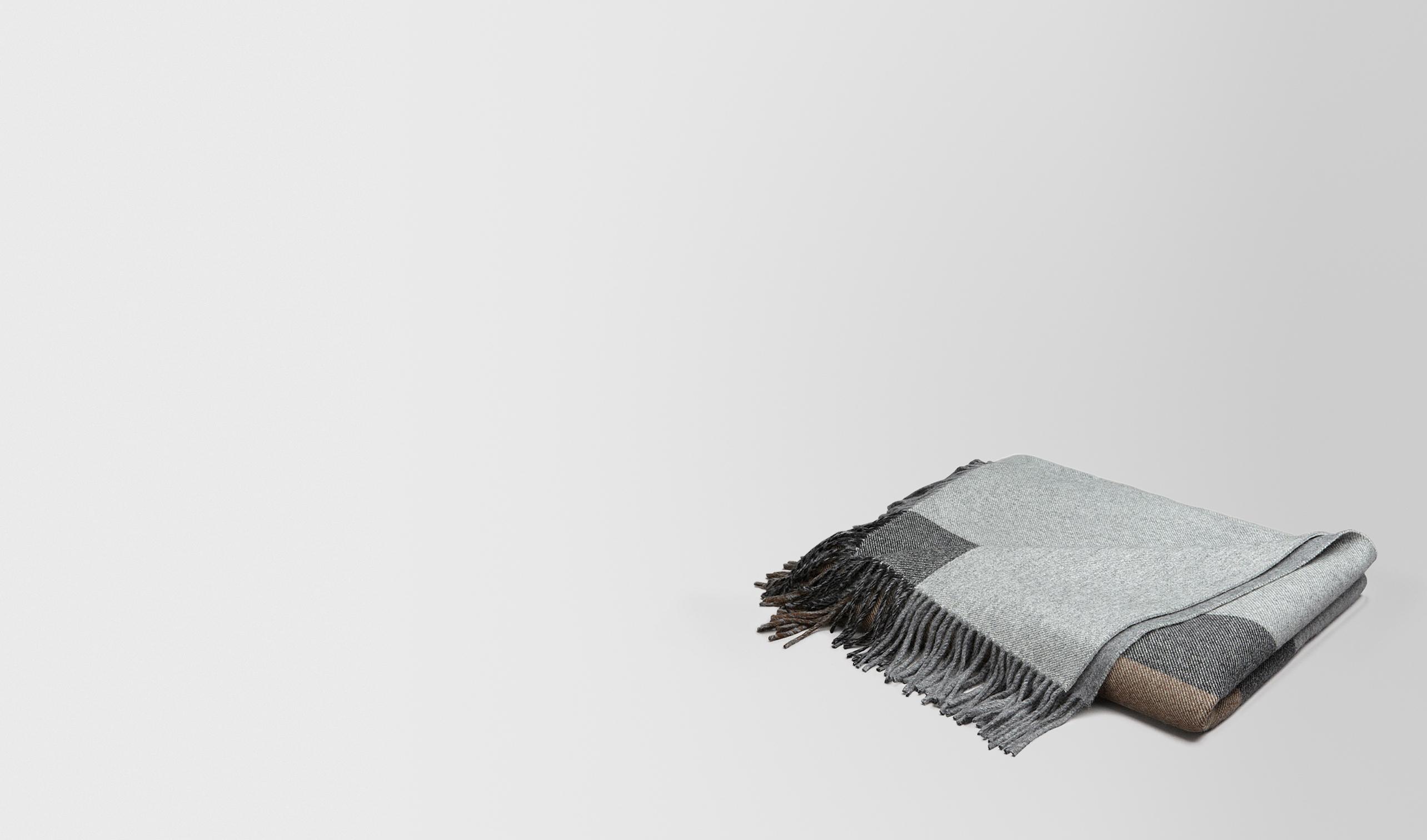 BOTTEGA VENETA Pillow and blanket E BLANKET IN ANTHRACITE BLACK CASHMERE pl