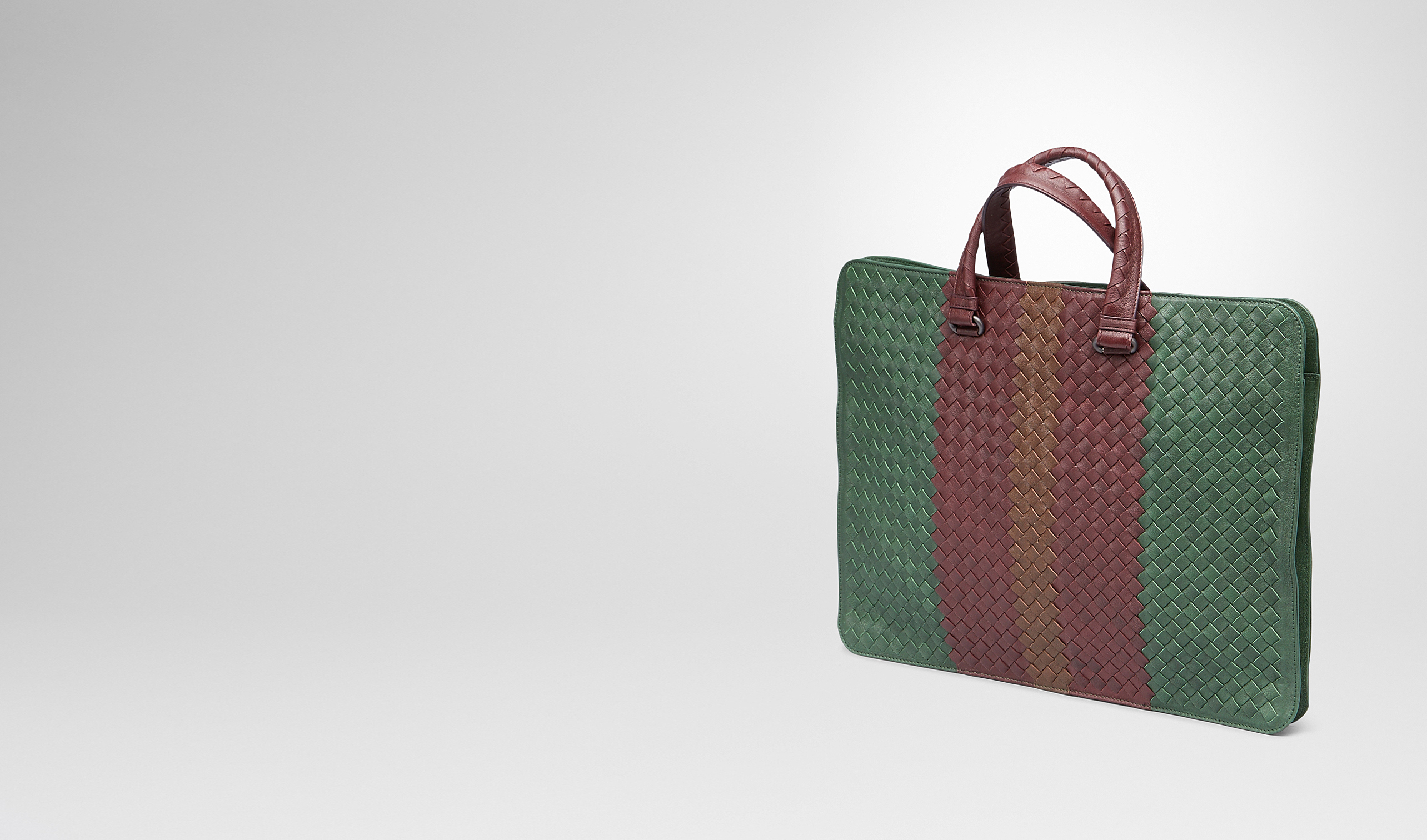 BOTTEGA VENETA Business Tasche U AKTENTASCHE AUS CLUB FUMÉ INTRECCIATO EMERALD GREEN, AUBERGINE UND EDOARDO pl