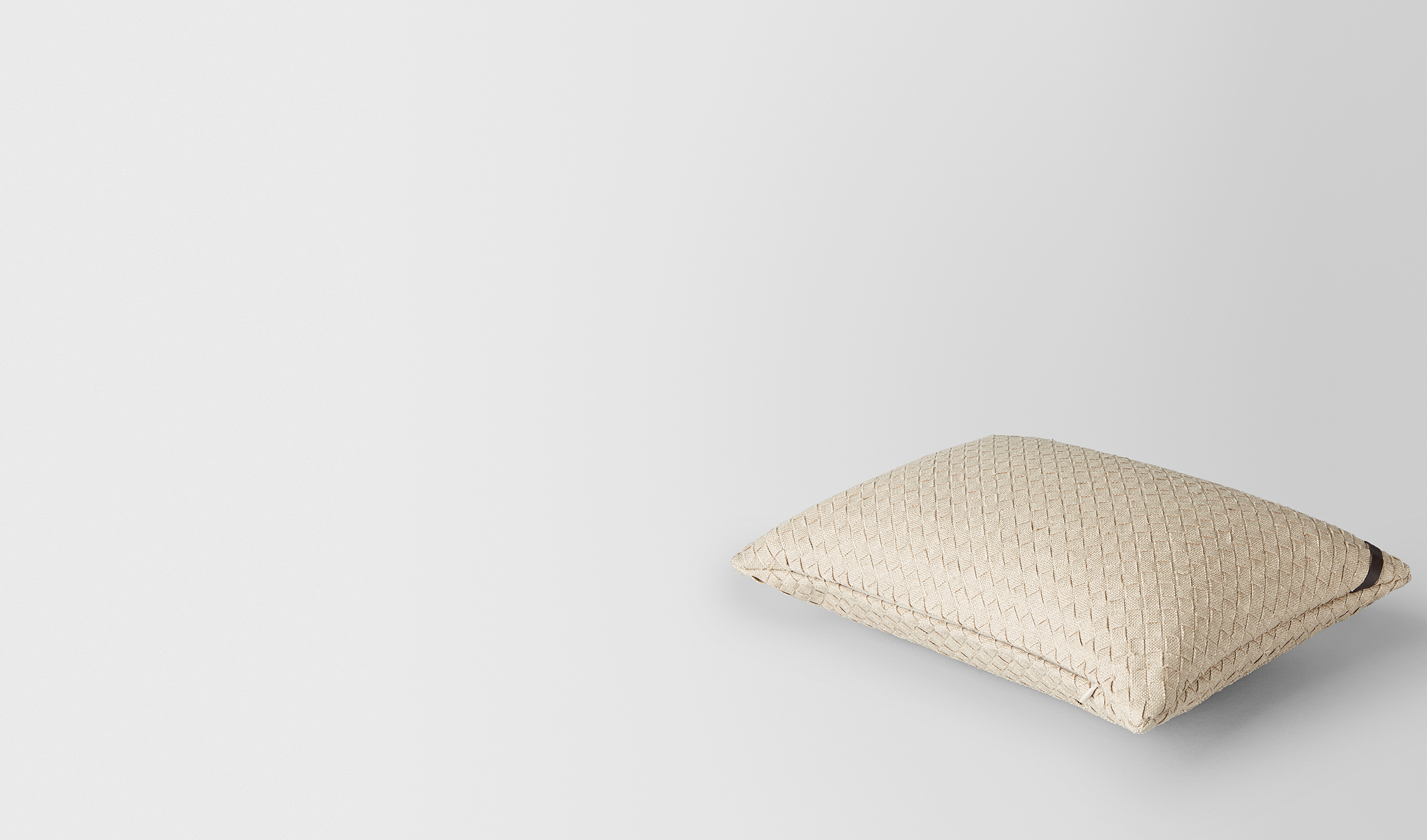 BOTTEGA VENETA Pillow and blanket E PILLOW IN PALLADIO INTRECCIATO LINEN pl