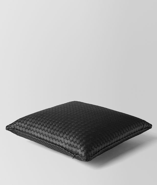 BOTTEGA VENETA PILLOW IN NERO INTRECCIATO NAPPA  Pillow and blanket E fp
