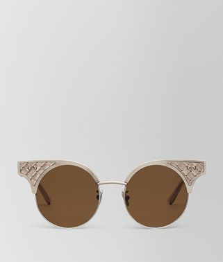 SUNGLASSES IN GOLD STAINLESS STEEL LEATHER, SOLID LIGTH BROWN LENSES AND INTRECCIATO DETAILS ON THE FRAME